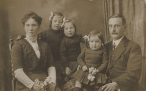 Jim & Sarah Mossman and 3 of their children. Emigrated to Austrailia